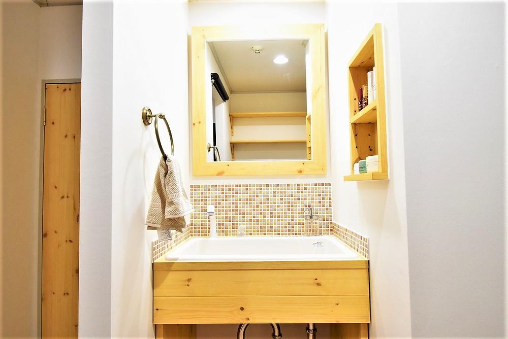 グレイスロイヤルS202号室の洗面台は、病院で使用されている業務用の洗面ボウルを使用しているので、底が深く、水撥ねがしにくいのが特徴