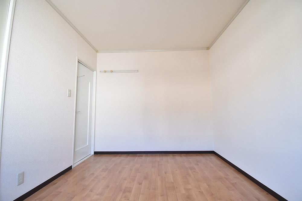 M105号室 洋室。全面白を基調とした清潔感あふれる洋室