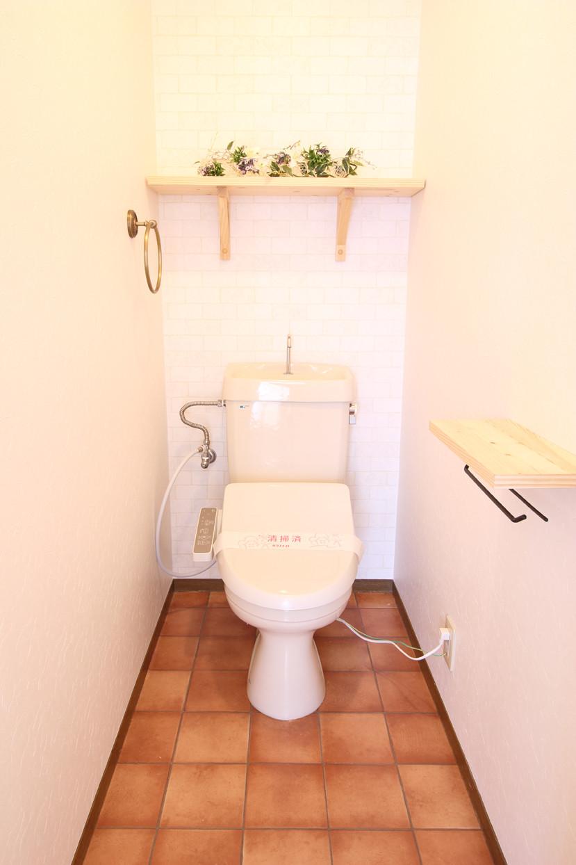 テラコッタ風のクッションフロアが、トイレをよりElegantにさせています。