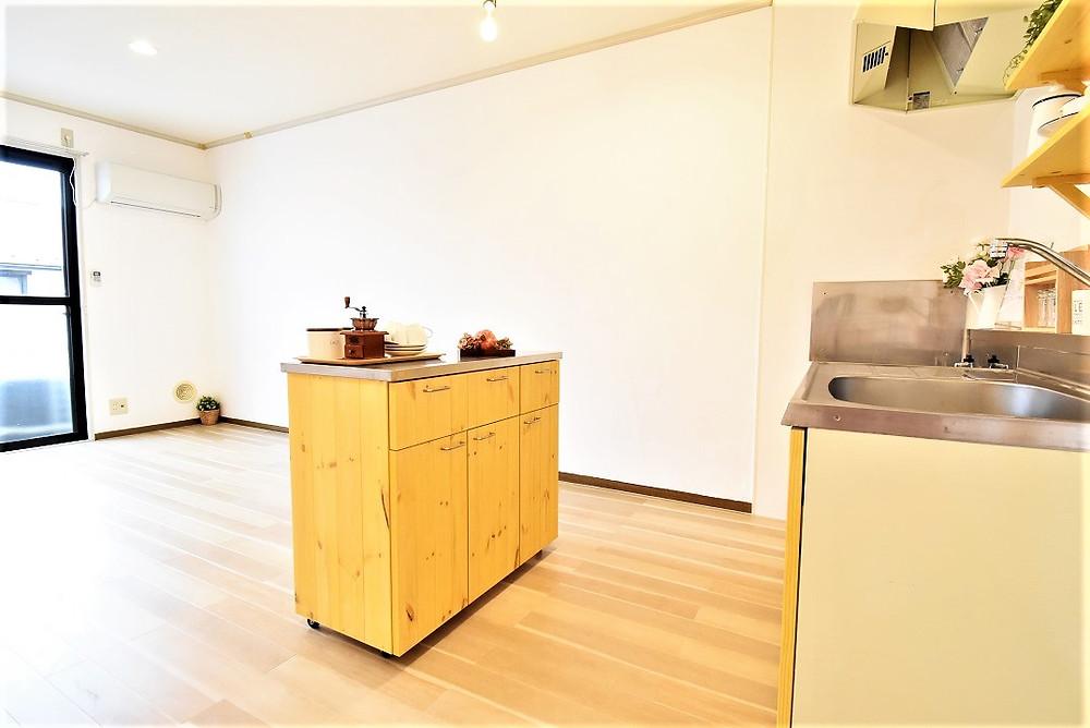 対面キッチンにもなるのでリビング内も様子を見ながら食材の下ごしらえなどができます。