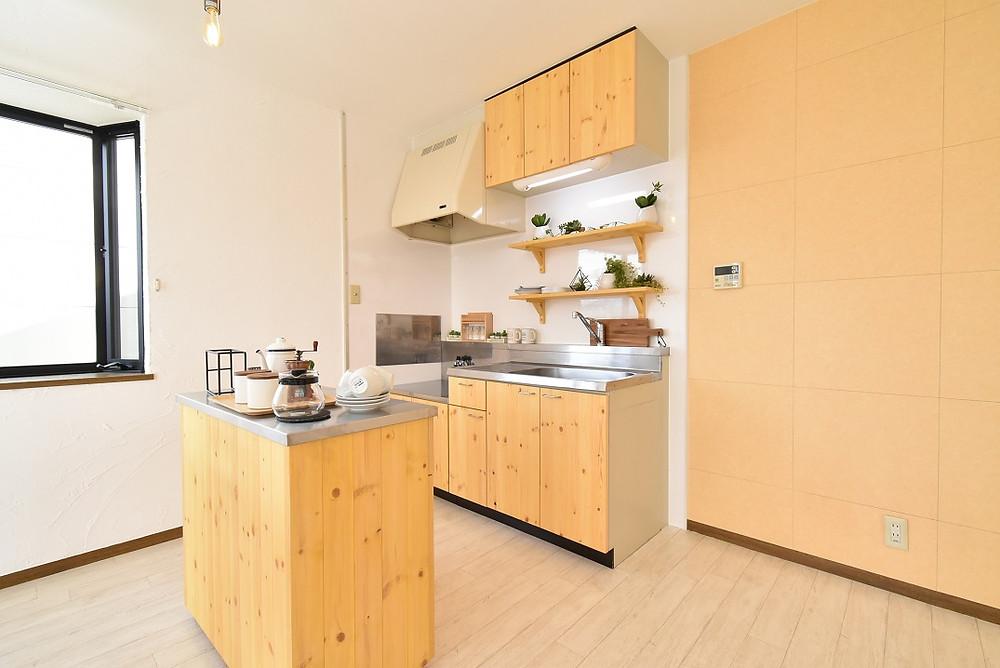 S205号室には吸音効果が期待できるクッションフロア、断熱性を高める漆喰を施工