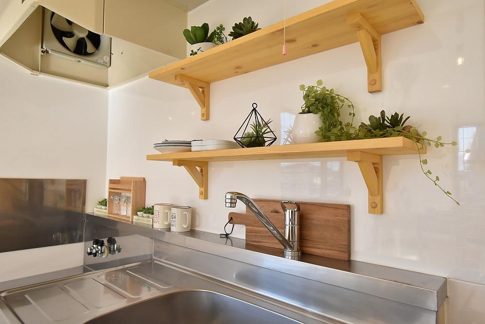 甲府市お大里町にあるおしゃれな賃貸アパート・グレイスロイヤルのキッチン棚はなんと無垢材。
