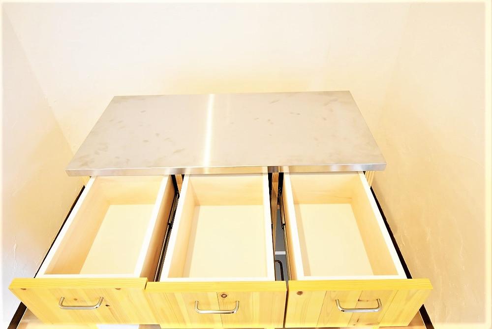 上部引き出し収納には、小さめの調理器具がよく使う乾麺などを置くと便利