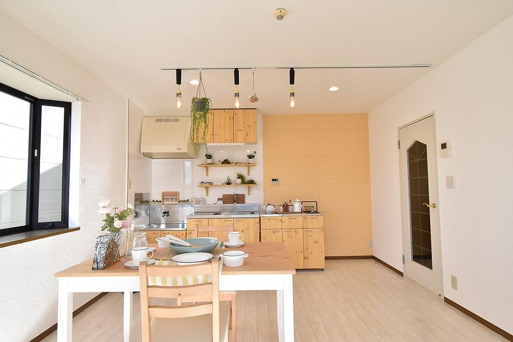 現在募集中のS205号室LDK。無垢材を使用したキッチンはとてもおしゃれ。