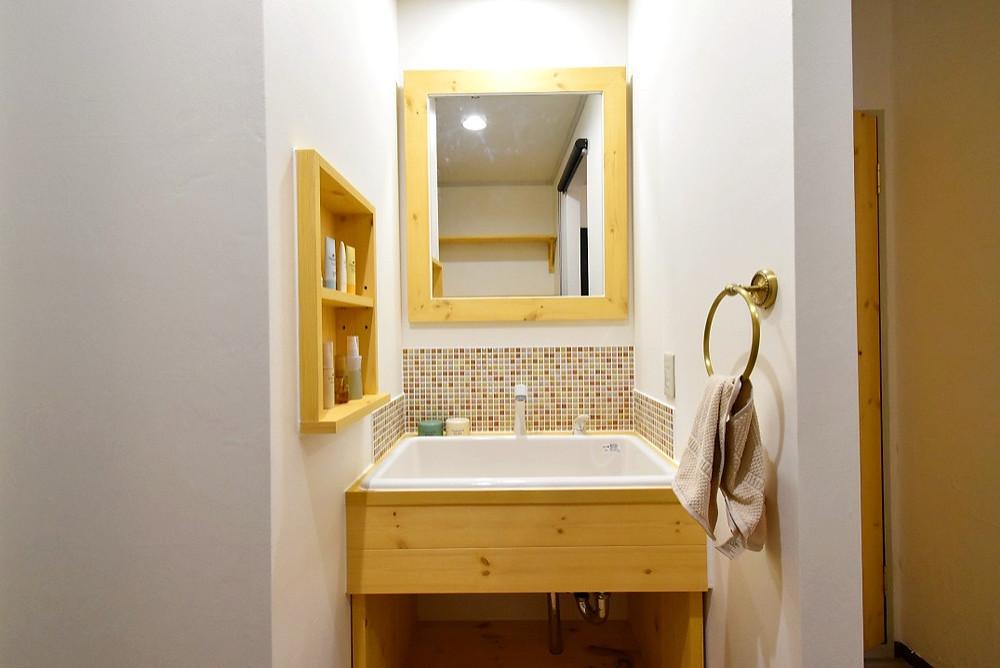 温かみがある洗面台は、毎日の身支度の時間が楽しくなります