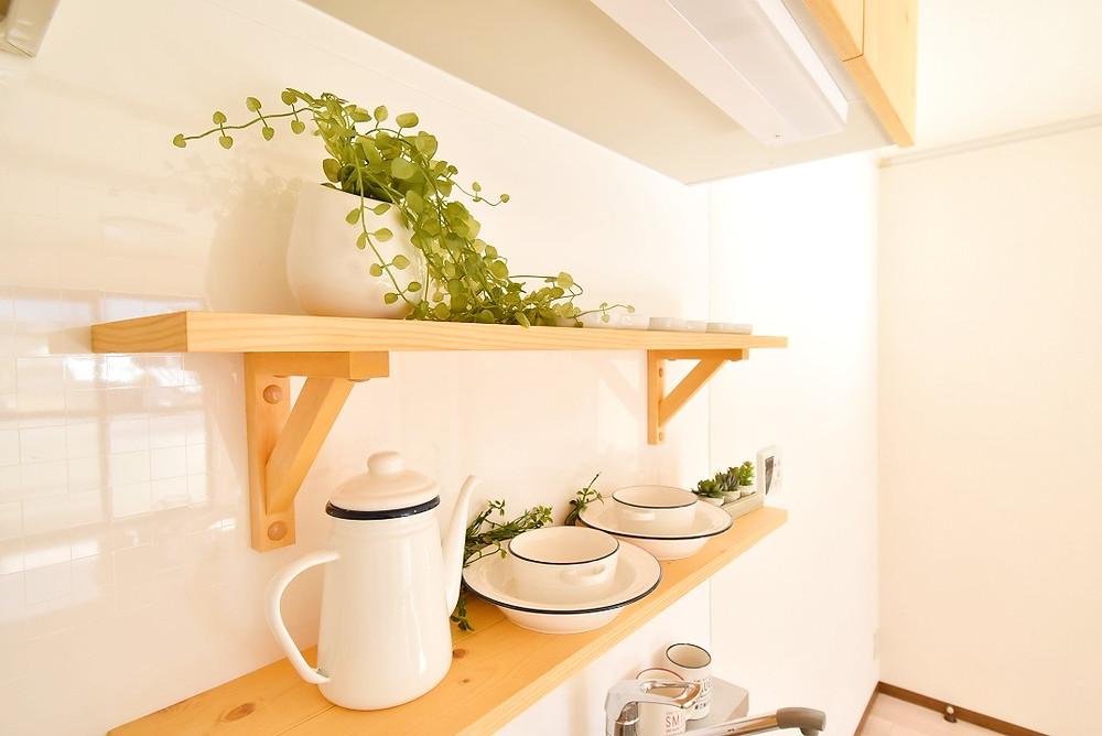 キッチン棚に至るまで、おしゃれなパイン材を使っています