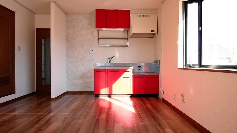 リノベーション前のキッチン。扉部分はダイノックシートを貼っています。