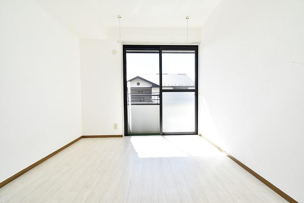 山梨・おしゃれ賃貸グレイスロイヤルS205号室には、調湿効果が期待できるおしゃれな漆喰が施工してありますので、室内干し環境としては最適