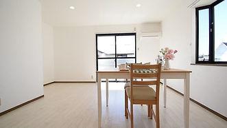 シンプルな部屋ではありますが、家具と合わせやすいのがメリット