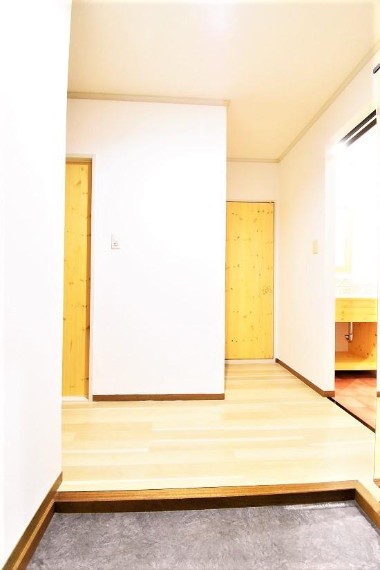 ロールカーテンを開けておくだけで、脱衣所内に残った湿気を漆喰が吸収してくれる