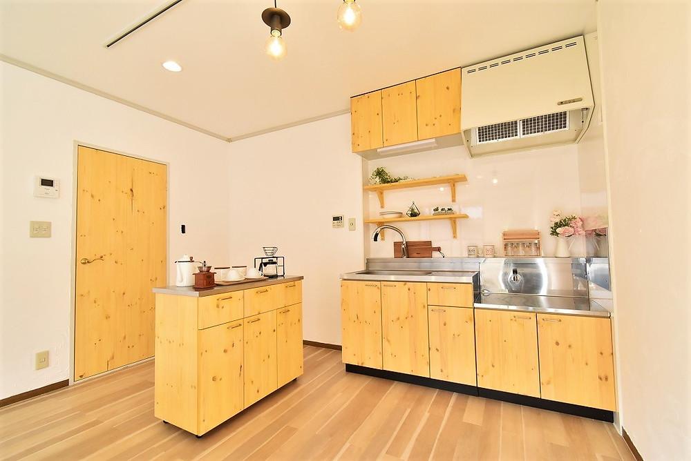 無垢材をふんだんに使用したカフェ風キッチンは、グレイスロイヤルリノベーションの代名詞。
