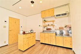 当物件のオリジナルキッチンは、調理スペースが従来の2倍の広さを確保しています