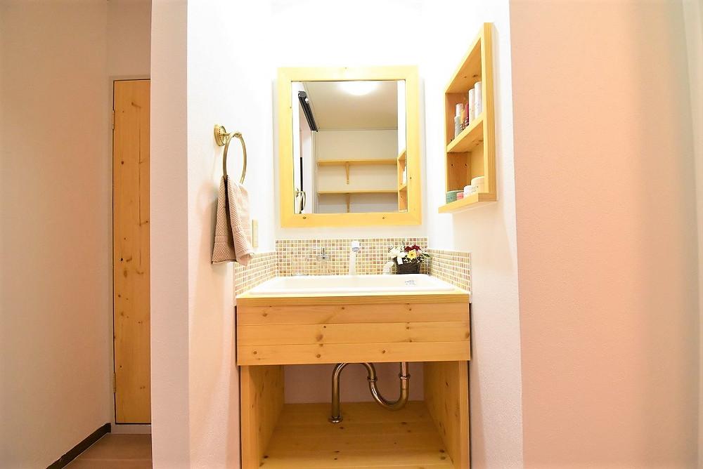 洗面脱衣所は湿気がたまりやすくなりますが、脱衣所内の壁紙は、湿気を吸収してくれる壁紙を採用しています