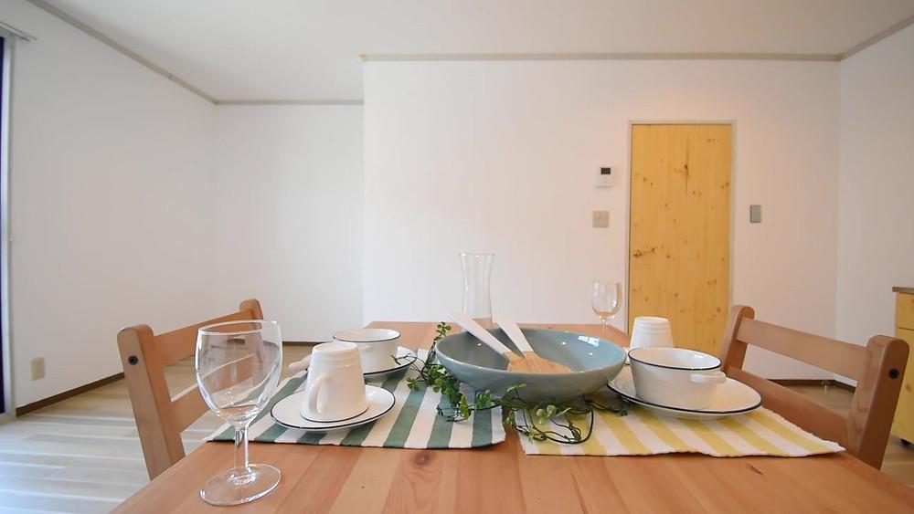 ナチュラル系のダイニングテーブルを置けば、まるでおしゃれなレストランの雰囲気を味わえます