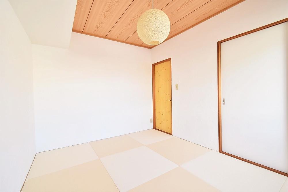 和室部屋を若い世代向けにアレンジするために、モダンな琉球畳を導入