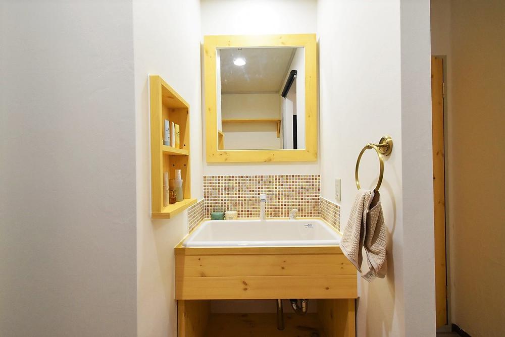 鏡の大きさが通常の洗面台の倍以上