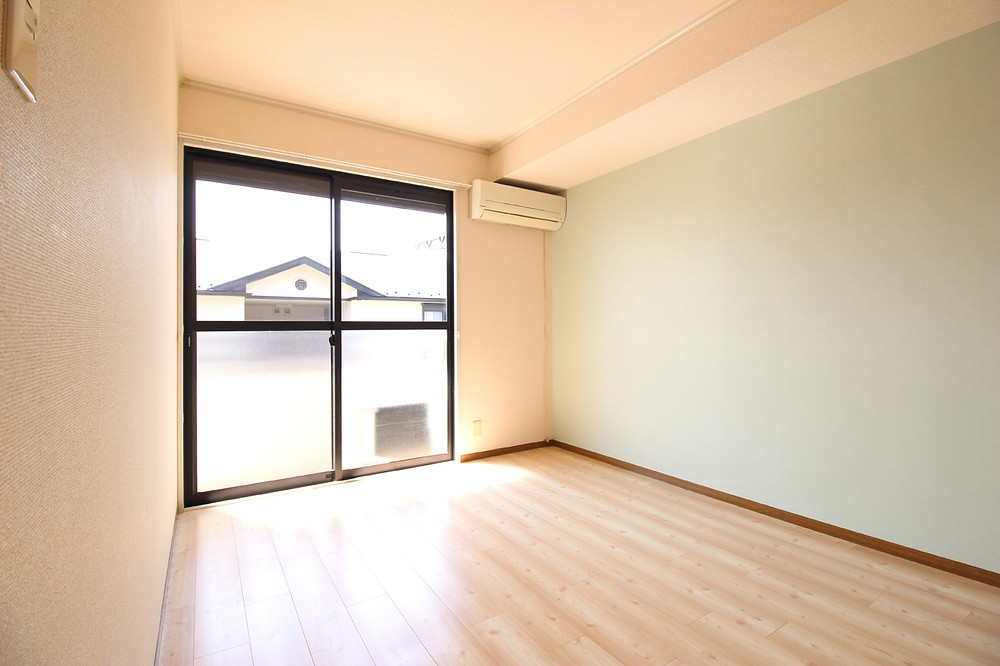 南側洋室。緑色のアクセントクロスがとてもおしゃれ