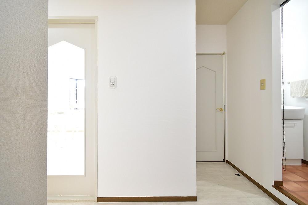 玄関エントランス一部分に漆喰を施工することで、生活臭が出やすいエントランスの消臭対策となります