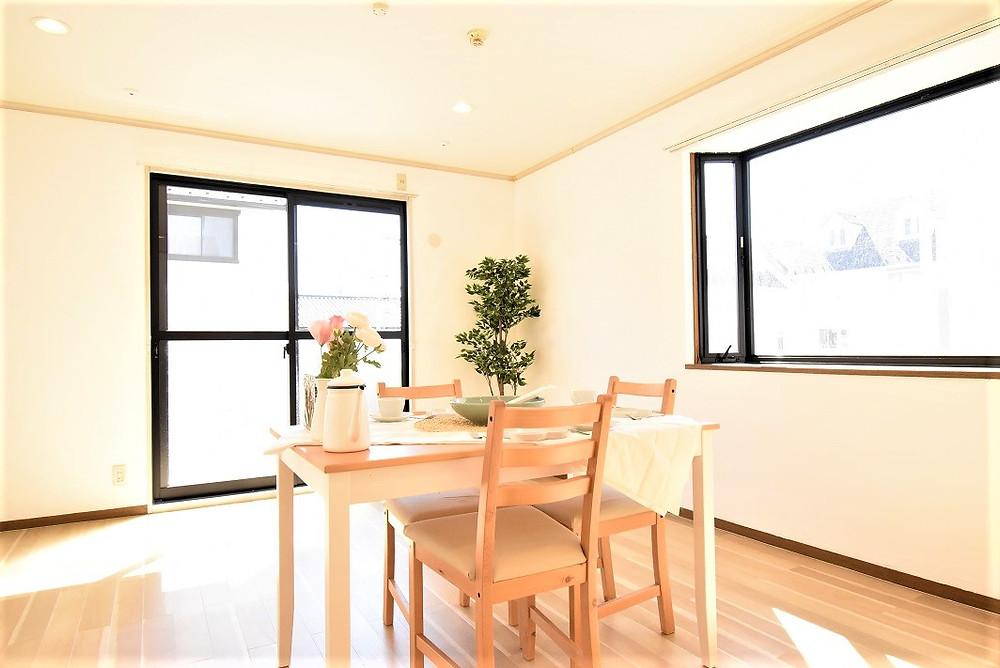 心地よい日の光が適度に室内を照らし、カフェ風のリビングがより魅力的に見えます。