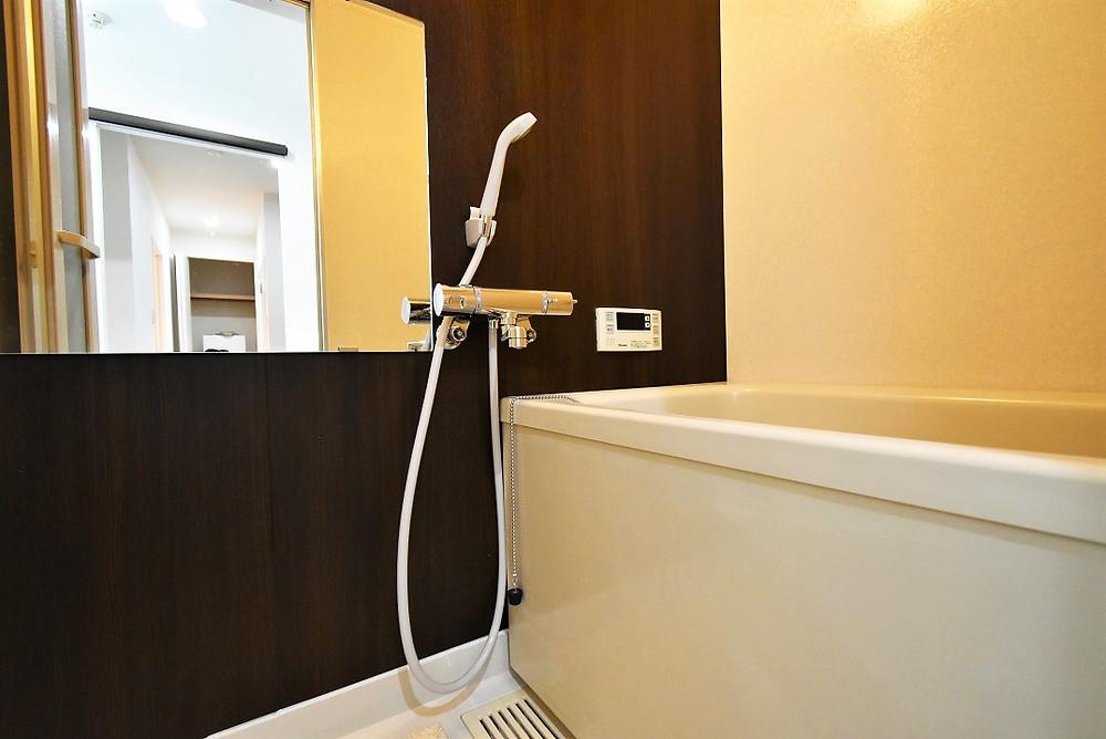 リノベーションを行うことで、清潔感溢れる浴室に生まれ変わりました。