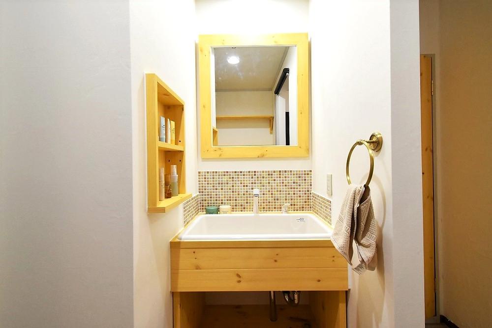 調湿効果が期待できる壁紙を洗面台周辺に貼っています