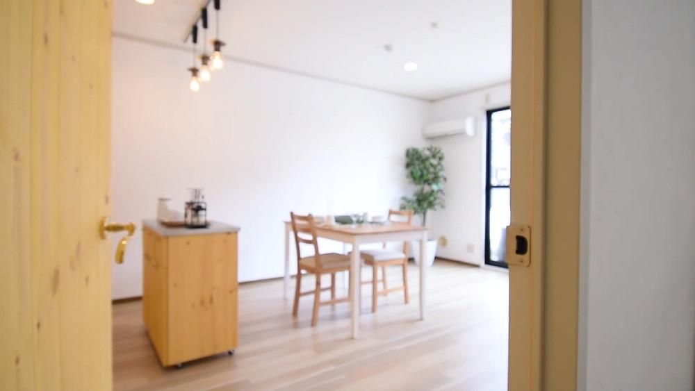 グレイスロイヤルのリノベーション部屋は、ドアを開けた瞬間から、おしゃれなカフェ生活が待っています。