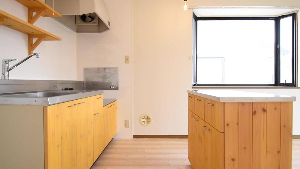 キッチンは壁付けですが、調理台が付いた可動式のキッチンカウンターが標準装備
