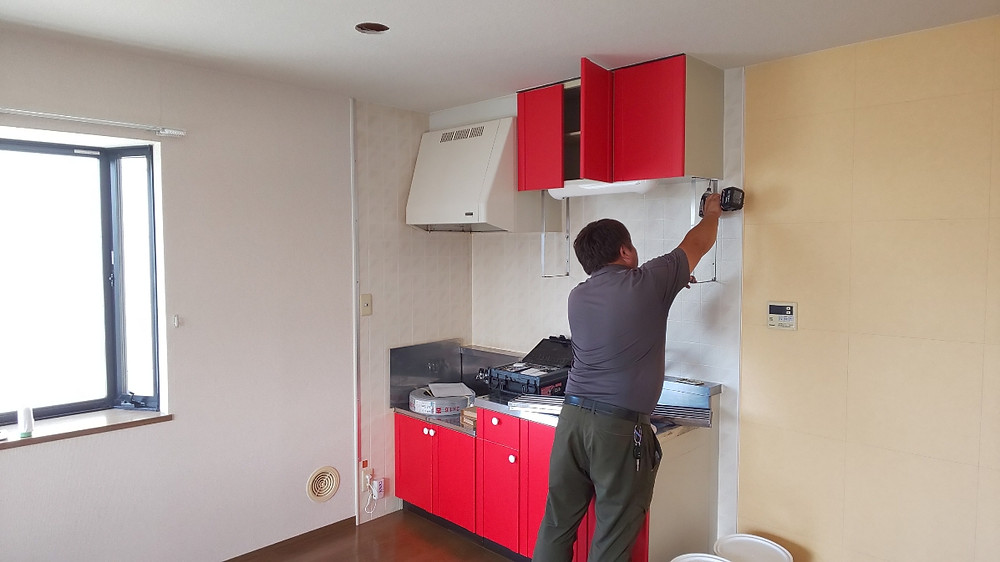 無垢材のキッチンを作るため、今まで設置されてあった扉類は全て取り外します。