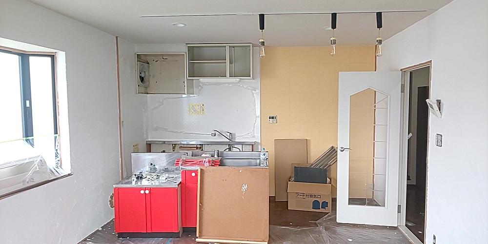 漆喰施工後のLDK。リノベーション工事中のグレイスロイヤルS205号室