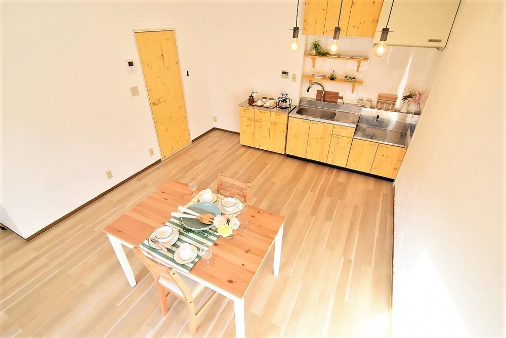 パイン材をキッチンやお部屋のドアに採用し、また壁は漆喰を施工することでおしゃれなカフェの空間が実現しました。