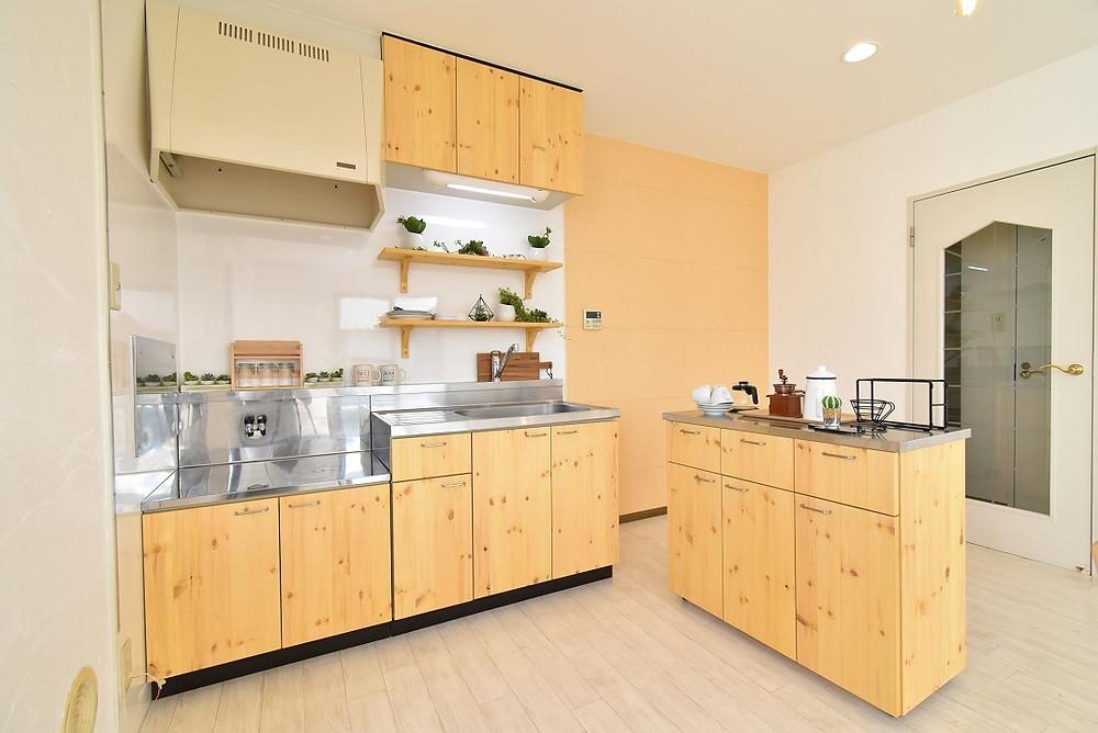 賃貸のキッチンの不便さを解消させた、調理台が付いた可動式キッチンカウンターを新設