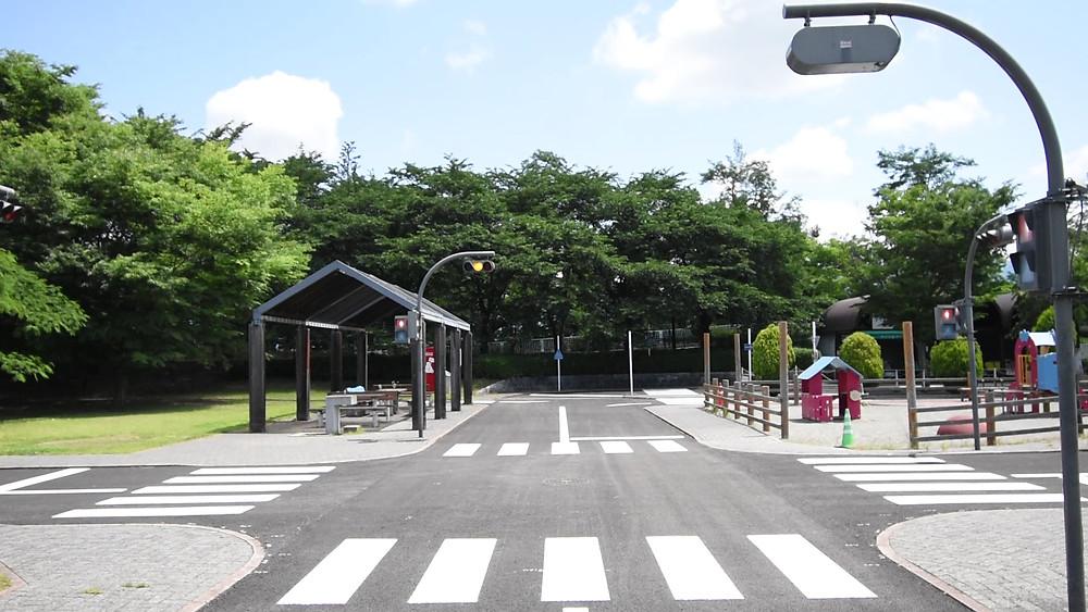 金川の森公園には、遊びながら交通ルールを覚えるエリアがあります。