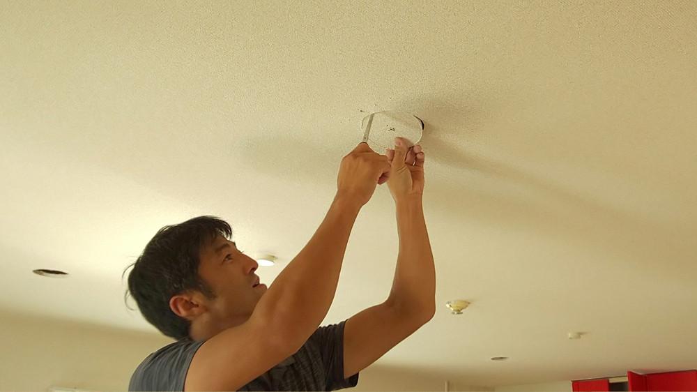 LDKにLEDダウンライトを取り付けるため、天井に穴をあけています。