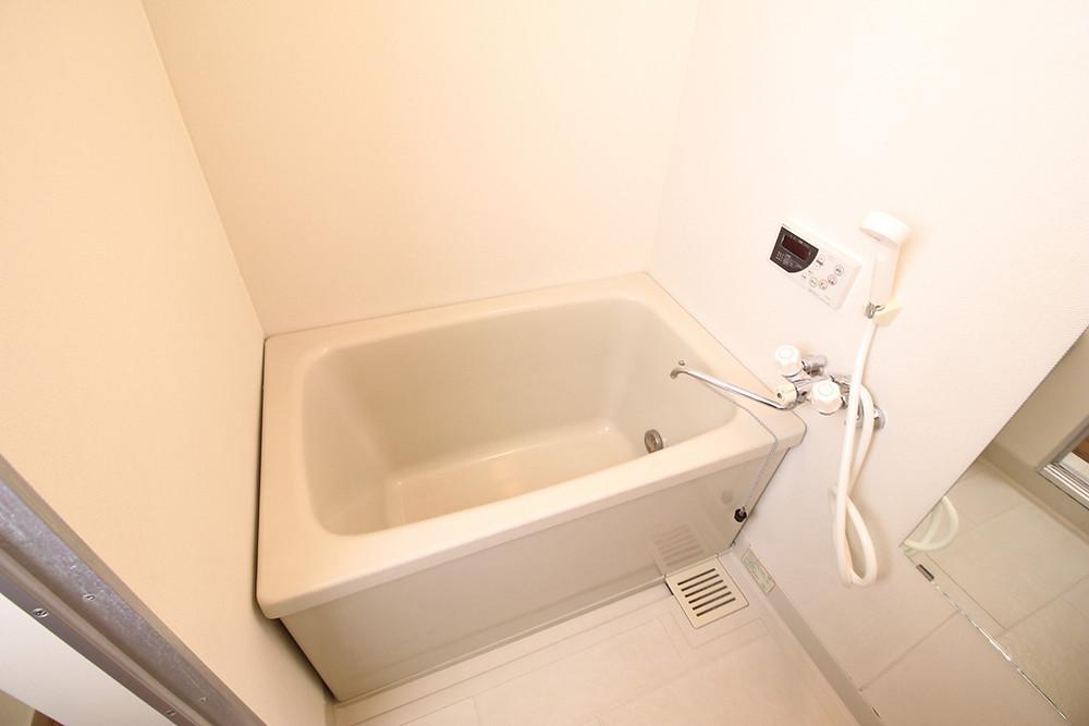今まで使用していた浴室。シャワー水栓が時代を感じさせます