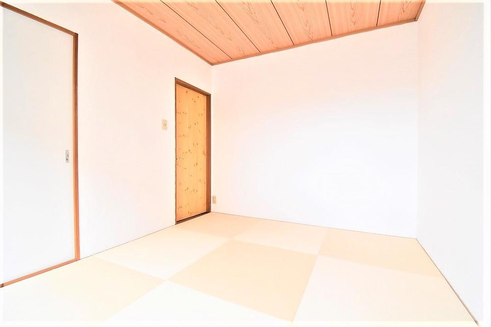 琉球畳は通常の畳と比べてダニの発生が少ないので、小さなお子様にも安心してお使いいただけます。またこちらのお部屋の壁にも漆喰が施工してあるので、カビやダニが発生する確率は殆どありません。