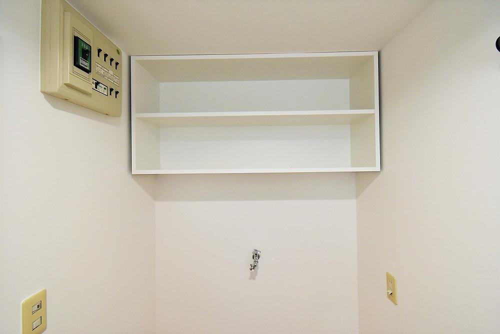 洗面脱衣所にある収納棚。以外にない物件もあるのでとても便利