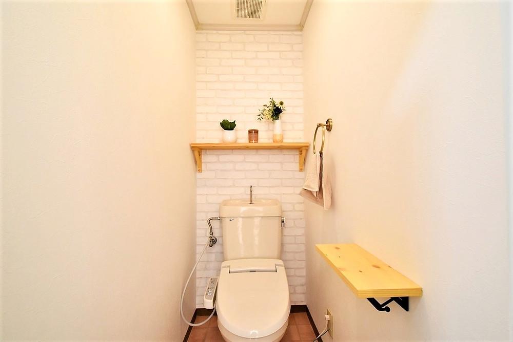 トイレの消臭対策を強化するため、壁紙を消臭機能を持った特殊の壁紙を使っています
