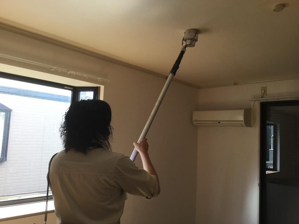 室内の火災報知器が壊れていないか、確認作業を行っています