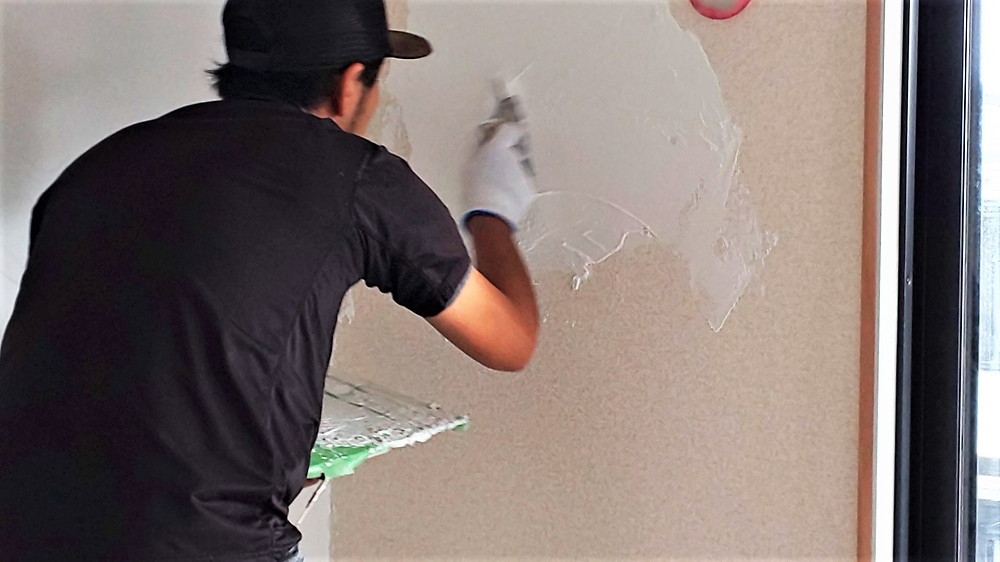 甲府市大里町にあるグレイスロイヤルでは自然素材の漆喰をリノベーションでとりいれています