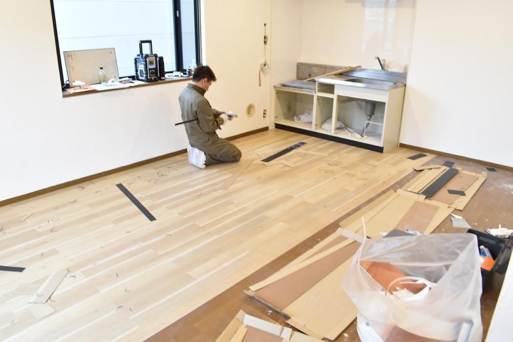 フロアタイルと呼ばれる本物そっくりの床材を貼っています。