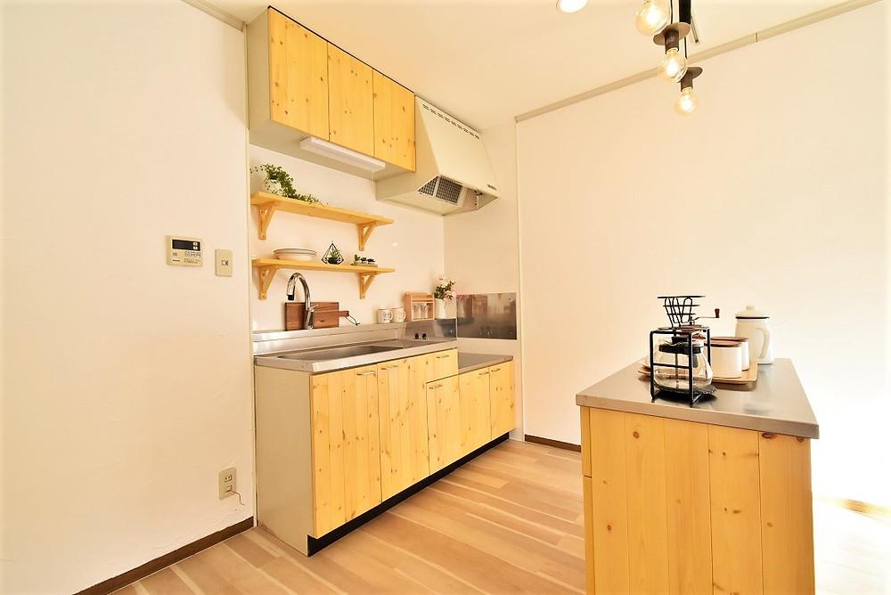 調理台が付いたキッチンカウンターを移動すれば対面風キッチンに早変わり