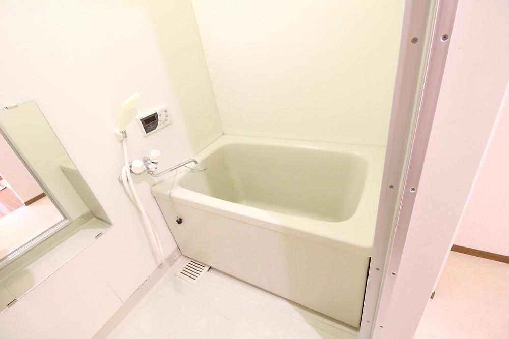 こちらのお風呂も決して悪くはなく、築年数の割にはものすごくきれいです。