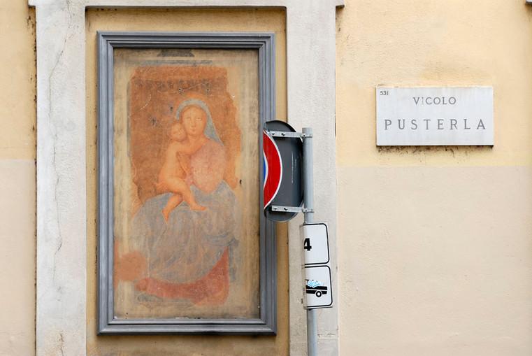 Madonna con Bambino e cartello stradale