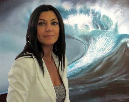 Barbara Ghisi davanti ad un suo dipinto