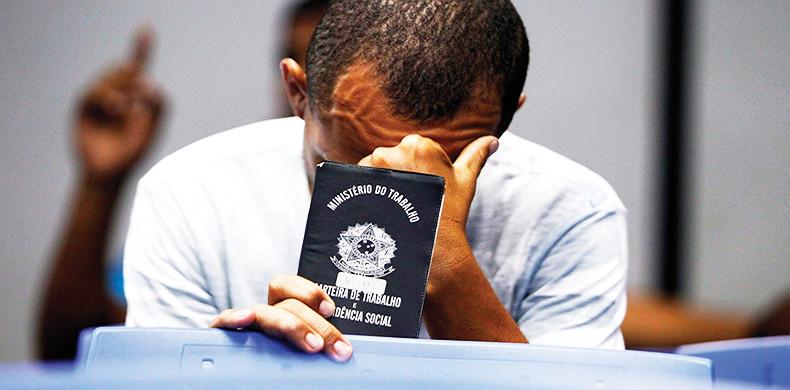 'Bolsonaro precarizou ainda mais as condições de trabalho', afirma Rogério Carvalho