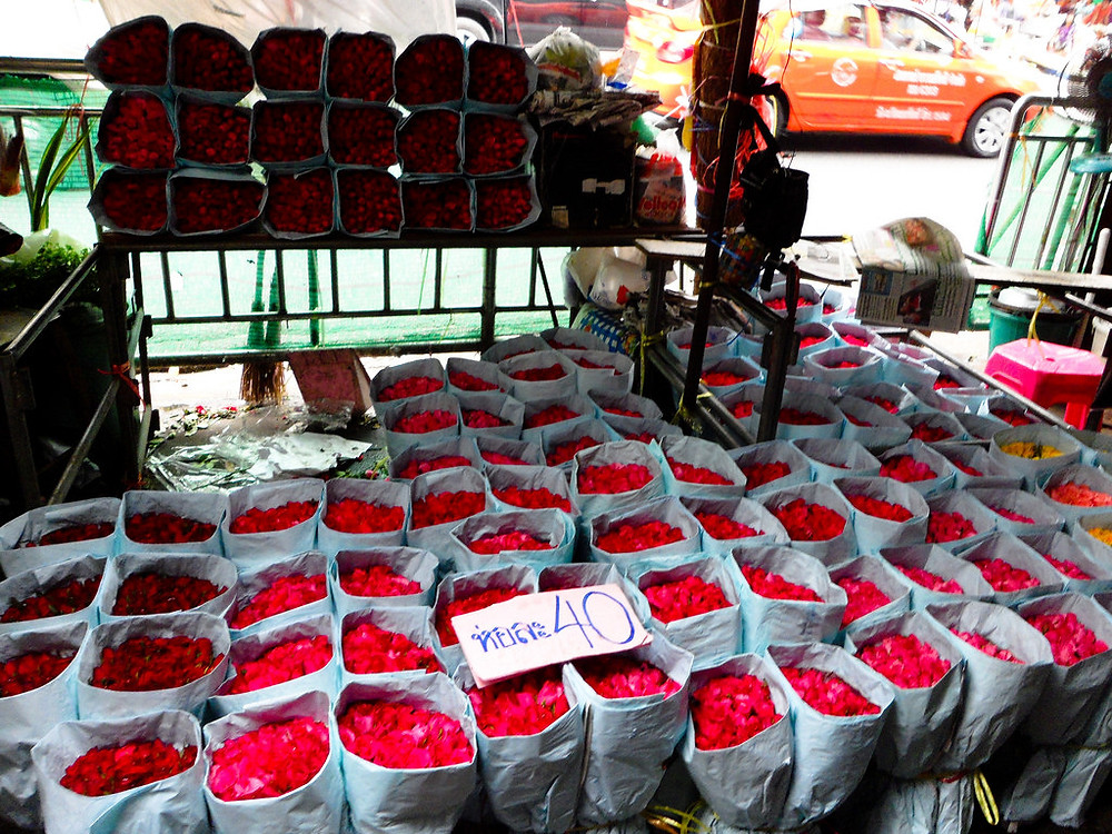 Roses at Pak Khlong Talat flower market in Bangkok, Thailand - photo by rushdi13