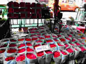 Roses at Pak Khlong Talat flower market in Bangkok, Thailand - photo by rushdi13