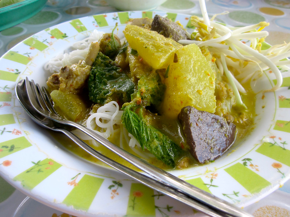 Chicken green curry with rice noodles in Thailand - photo by Chris Wotton