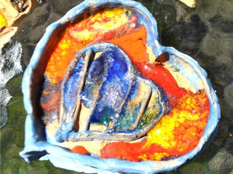 Ceramika zdobiona szkłem topionym.