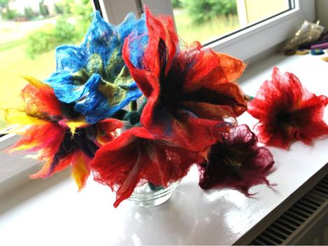 Filcowany kwiat.